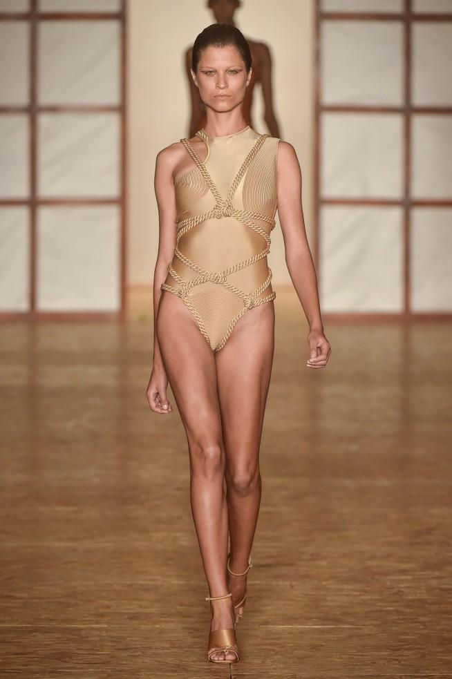 e379352413 Lindo trabalho de amarrações não acham  Como eles desenham o corpo e deixam  os maiôs mais femininos.
